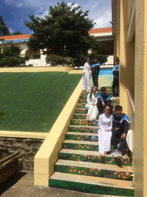 Sau khi phạt học sinh sơn cầu thang thành 7 sắc cầu vồng, ban giám hiệu tự tay sơn tất cả cầu thang trong trường thành điểm check-in siêu đẹp - Ảnh 6.