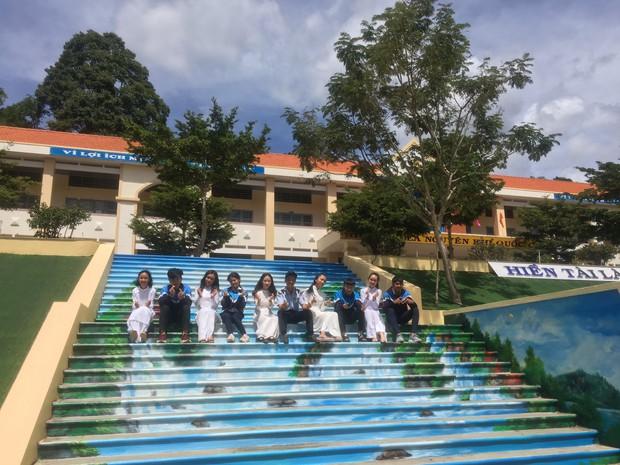 Sau khi phạt học sinh sơn cầu thang thành 7 sắc cầu vồng, ban giám hiệu tự tay sơn tất cả cầu thang trong trường thành điểm check-in siêu đẹp - Ảnh 8.