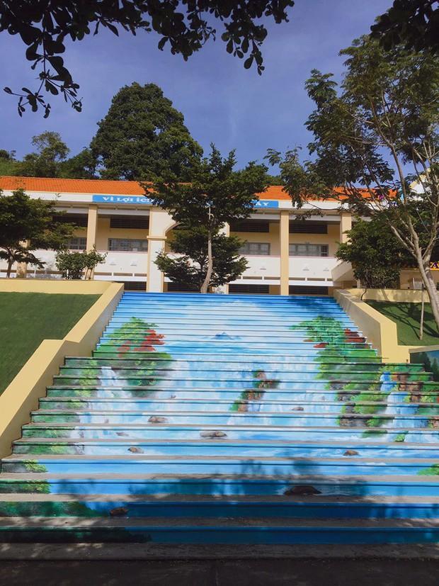 Sau khi phạt học sinh sơn cầu thang thành 7 sắc cầu vồng, ban giám hiệu tự tay sơn tất cả cầu thang trong trường thành điểm check-in siêu đẹp - Ảnh 3.