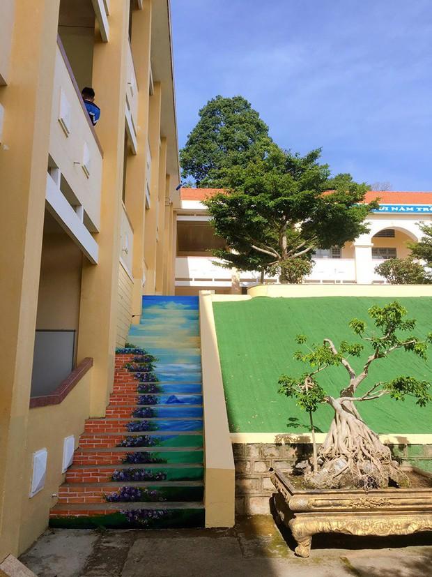 Sau khi phạt học sinh sơn cầu thang thành 7 sắc cầu vồng, ban giám hiệu tự tay sơn tất cả cầu thang trong trường thành điểm check-in siêu đẹp - Ảnh 4.