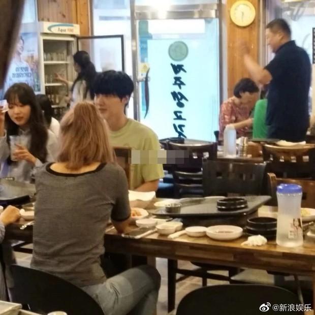 Bỏ đi chơi cùng 3 người phụ nữ lạ, có ai ngờ Ahn Jae Hyun từng đóng giả fan đến tận buổi ký tặng của vợ - Ảnh 3.