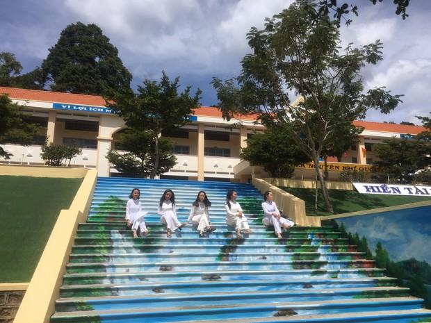 Sau khi phạt học sinh sơn cầu thang thành 7 sắc cầu vồng, ban giám hiệu tự tay sơn tất cả cầu thang trong trường thành điểm check-in siêu đẹp - Ảnh 1.