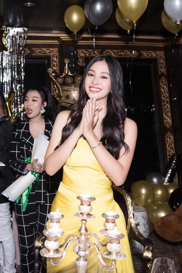 Ngắm nhan sắc của Tiểu Vy trong tiệc sinh nhật tròn 19, rạng rỡ đọ dáng cùng dàn mỹ nhân Vbiz - Ảnh 12.