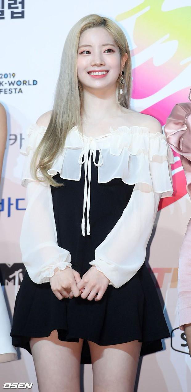 Diện váy rẻ nhất nhóm, mỹ nhân nhà Twice vẫn khiến netizen trầm trồ vì sang chảnh như mặc đồ hiệu đắt đỏ - Ảnh 2.