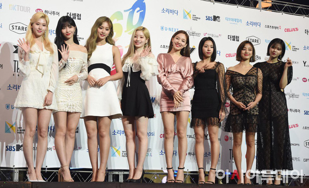 Diện váy rẻ nhất nhóm, mỹ nhân nhà Twice vẫn khiến netizen trầm trồ vì sang chảnh như mặc đồ hiệu đắt đỏ - Ảnh 1.