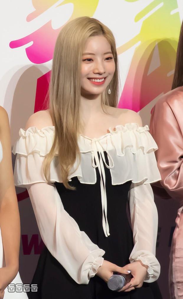 Diện váy rẻ nhất nhóm, mỹ nhân nhà Twice vẫn khiến netizen trầm trồ vì sang chảnh như mặc đồ hiệu đắt đỏ - Ảnh 4.