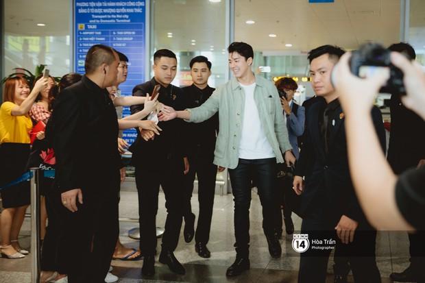 Nam thần Friend Zone Nine Naphat gây bão sân bay Nội Bài: Siêu điển trai phong độ, cực thân thiện với fan Việt - Ảnh 2.