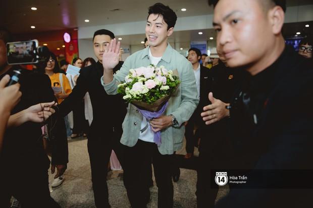 Nam thần Friend Zone Nine Naphat gây bão sân bay Nội Bài: Siêu điển trai phong độ, cực thân thiện với fan Việt - Ảnh 7.