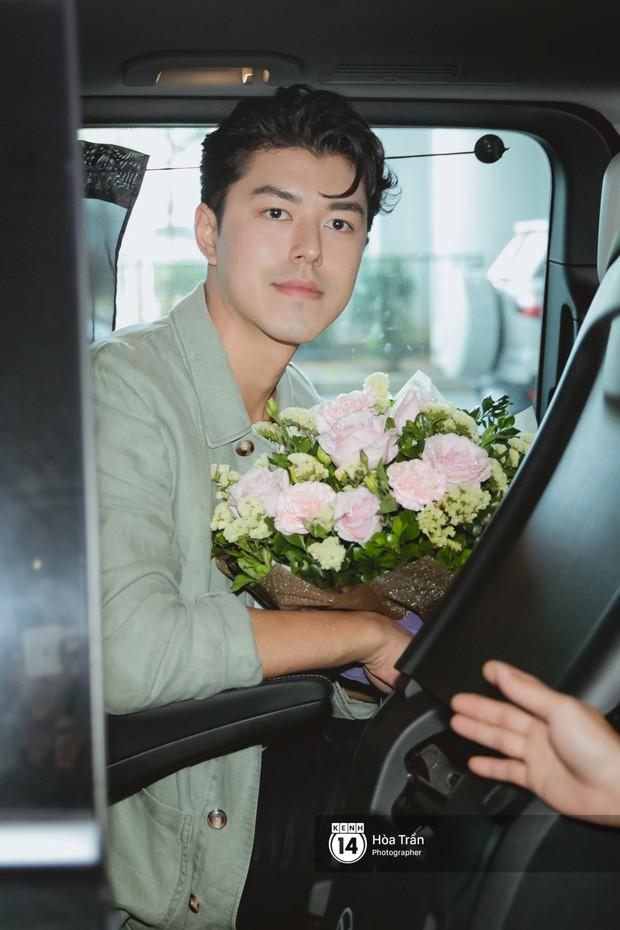Nam thần Friend Zone Nine Naphat gây bão sân bay Nội Bài: Siêu điển trai phong độ, cực thân thiện với fan Việt - Ảnh 11.