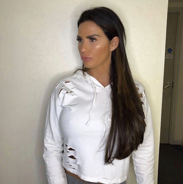 Thảm họa dao kéo hot nhất nước Anh Katie Price: Từng đẹp đến mức Ronaldo mê đắm, bỏ rơi mẹ già ung thư vì nghiện thẩm mỹ - Ảnh 7.
