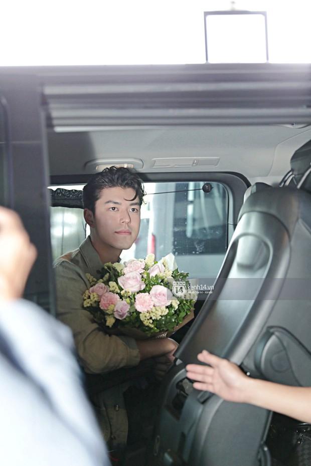 Nam thần Friend Zone Nine Naphat gây bão sân bay Nội Bài: Siêu điển trai phong độ, cực thân thiện với fan Việt - Ảnh 10.