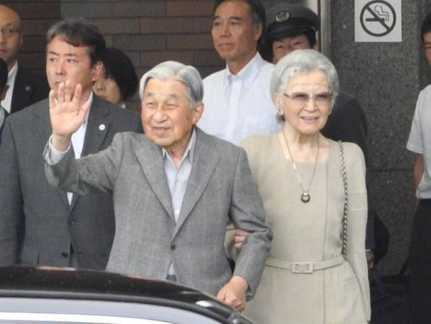Ngôn tình ngoài đời thực: Vợ chồng cựu Nhật hoàng nắm tay nhau hưởng thú vui tuổi già, 60 năm tình yêu vẫn vẹn nguyên - Ảnh 1.