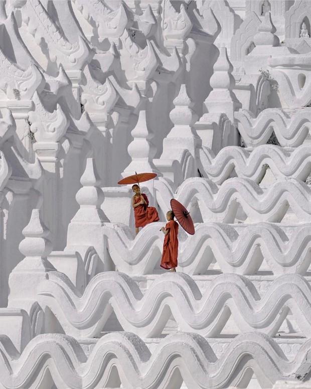 Ngỡ ngàng thấy dân du lịch check-in bước trên… sóng ở ngôi chùa trắng đẹp nhất nhì Đông Nam Á - Ảnh 1.