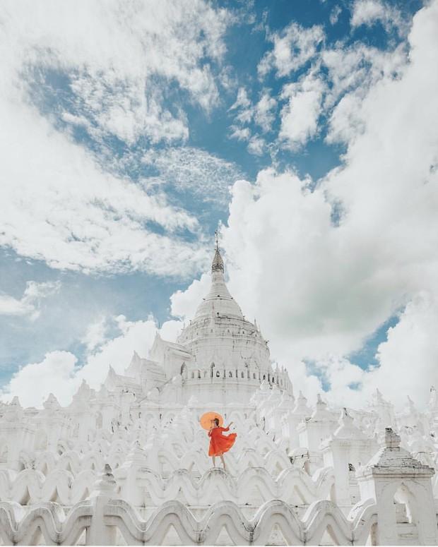 Ngỡ ngàng thấy dân du lịch check-in bước trên… sóng ở ngôi chùa trắng đẹp nhất nhì Đông Nam Á - Ảnh 2.