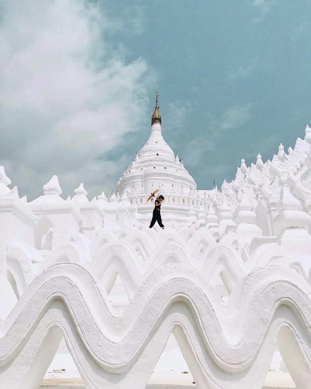 Ngỡ ngàng thấy dân du lịch check-in bước trên… sóng ở ngôi chùa trắng đẹp nhất nhì Đông Nam Á - Ảnh 4.