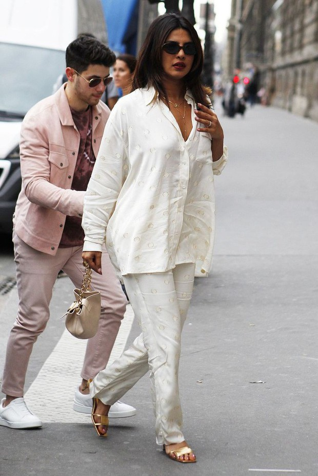 Đụng hàng bộ đồ ngủ giá 50 triệu, Hoa hậu Priyanka Chopra thua xa bà Beck về cách mix đồ và thần thái - Ảnh 5.