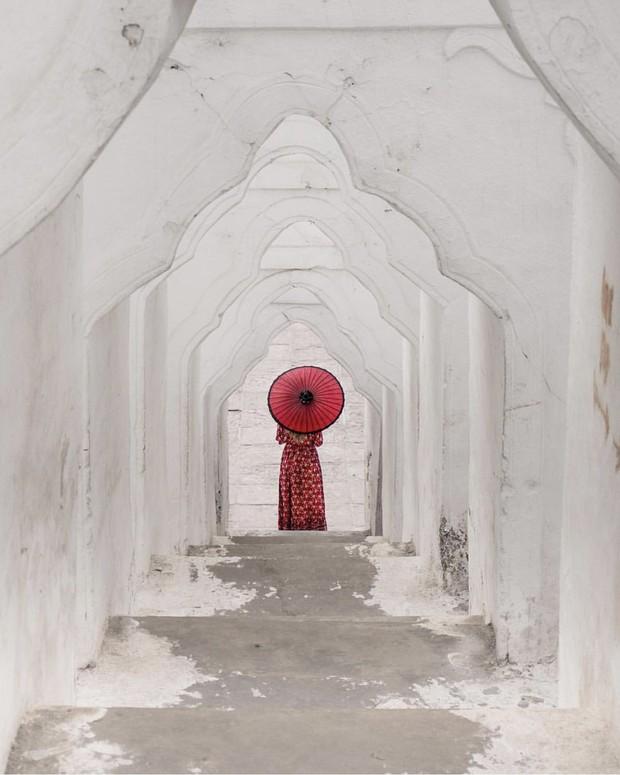 Ngỡ ngàng thấy dân du lịch check-in bước trên… sóng ở ngôi chùa trắng đẹp nhất nhì Đông Nam Á - Ảnh 9.