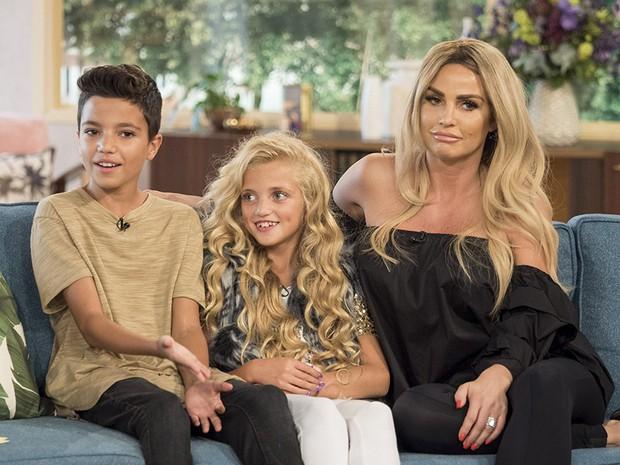 Thảm họa dao kéo hot nhất nước Anh Katie Price: Từng đẹp đến mức Ronaldo mê đắm, bỏ rơi mẹ già ung thư vì nghiện thẩm mỹ - Ảnh 14.
