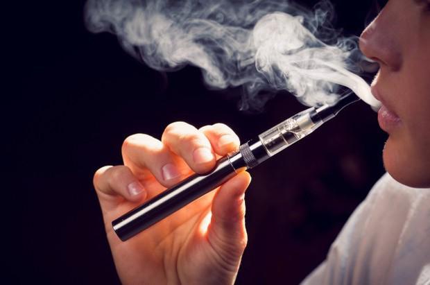Ghi nhận người hút thuốc lá điện tử đầu tiên tử vong vì căn bệnh phổi bí ẩn - Ảnh 1.