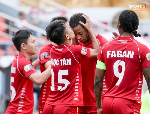 Cầu thủ V.League ăn mừng bàn thắng bằng nụ hôn vừa lạ vừa gây đỏ mặt trong chiến thắng trên SVĐ Lạch Tray - Ảnh 3.