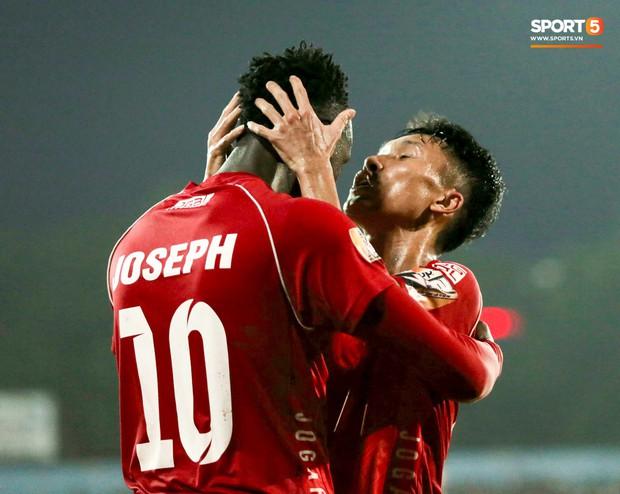 Cầu thủ V.League ăn mừng bàn thắng bằng nụ hôn vừa lạ vừa gây đỏ mặt trong chiến thắng trên SVĐ Lạch Tray - Ảnh 6.