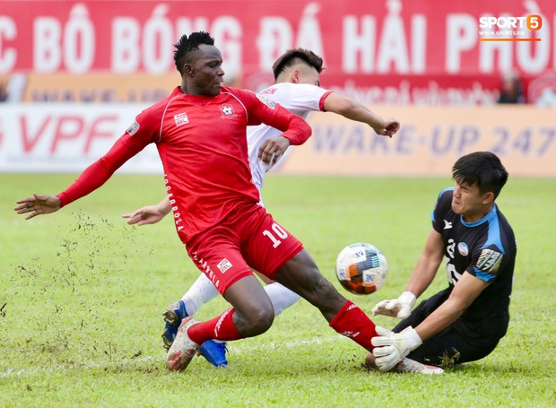 Cầu thủ V.League ăn mừng bàn thắng bằng nụ hôn vừa lạ vừa gây đỏ mặt trong chiến thắng trên SVĐ Lạch Tray - Ảnh 1.
