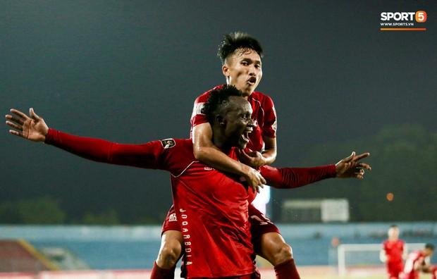 Cầu thủ V.League ăn mừng bàn thắng bằng nụ hôn vừa lạ vừa gây đỏ mặt trong chiến thắng trên SVĐ Lạch Tray - Ảnh 5.