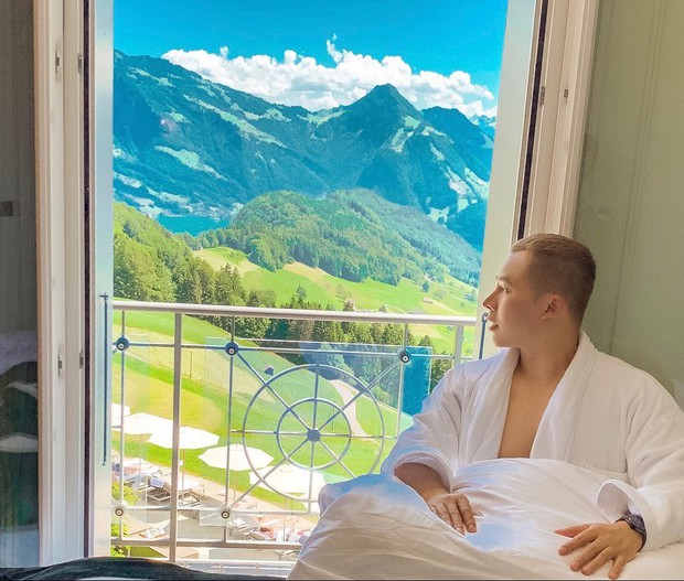 """Tiền nhiều để làm gì: Bay sang Thụy Sĩ quay vlog """"đập hộp"""" khách sạn với view đắt giá nhất thế giới như ông bầu Vũ Khắc Tiệp nè! - Ảnh 1."""