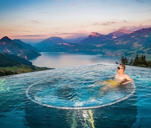 """Tiền nhiều để làm gì: Bay sang Thụy Sĩ quay vlog """"đập hộp"""" khách sạn với view đắt giá nhất thế giới như ông bầu Vũ Khắc Tiệp nè! - Ảnh 2."""