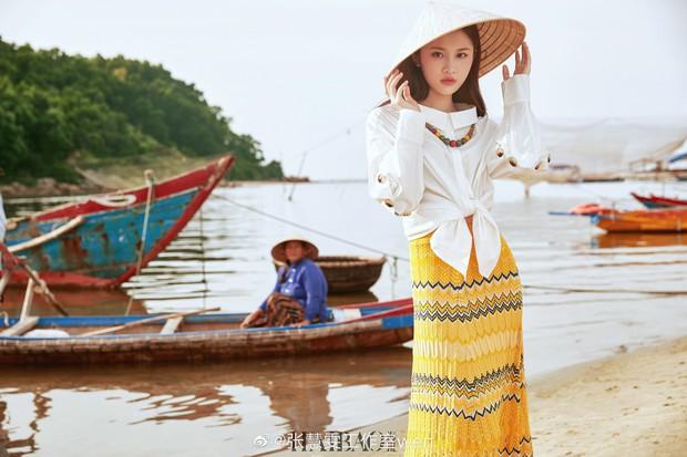 Tiểu Lưu Diệc Phi bất ngờ tung bộ ảnh chụp tại Việt Nam: Nhan sắc thanh tú, nổi bật với nón lá truyền thống - Ảnh 2.