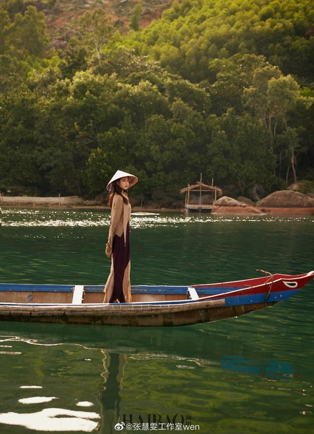 Tiểu Lưu Diệc Phi bất ngờ tung bộ ảnh chụp tại Việt Nam: Nhan sắc thanh tú, nổi bật với nón lá truyền thống - Ảnh 3.