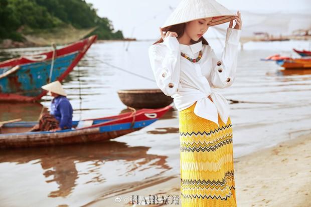 Tiểu Lưu Diệc Phi bất ngờ tung bộ ảnh chụp tại Việt Nam: Nhan sắc thanh tú, nổi bật với nón lá truyền thống - Ảnh 4.