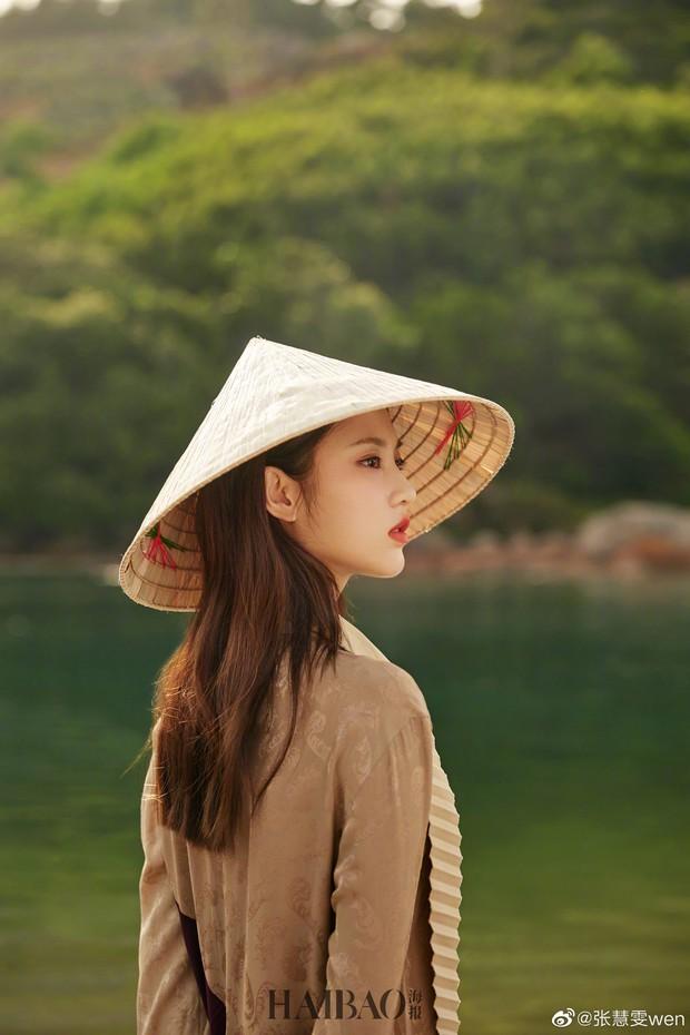 Tiểu Lưu Diệc Phi bất ngờ tung bộ ảnh chụp tại Việt Nam: Nhan sắc thanh tú, nổi bật với nón lá truyền thống - Ảnh 5.