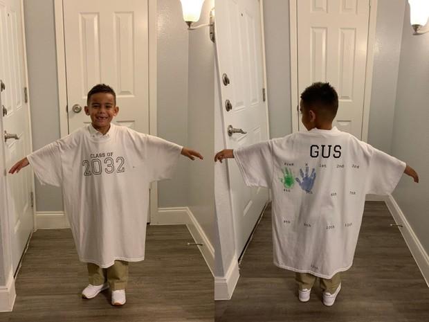 Tặng con trai ngày đầu tiên đi học chiếc áo siêu to khổng lồ, bà mẹ khiến dân mạng thán phục khi biết ý nghĩa đằng sau của nó - Ảnh 1.