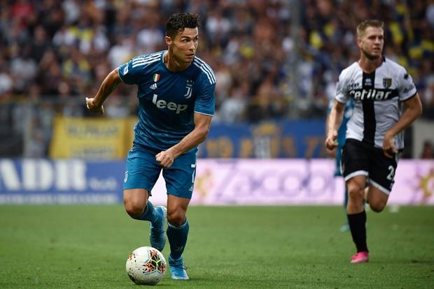 Ronaldo mất toi bàn thắng vì trót cong người, Juventus chỉ thắng sát nút ngày ra quân nhờ cái tên cực bất ngờ này - Ảnh 1.
