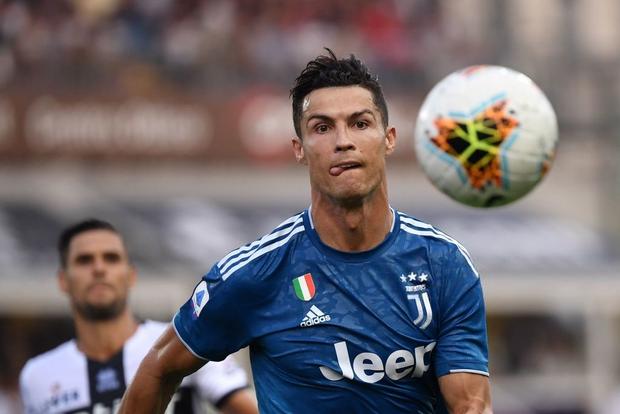 Ronaldo mất toi bàn thắng vì trót cong người, Juventus chỉ thắng sát nút ngày ra quân nhờ cái tên cực bất ngờ này - Ảnh 2.