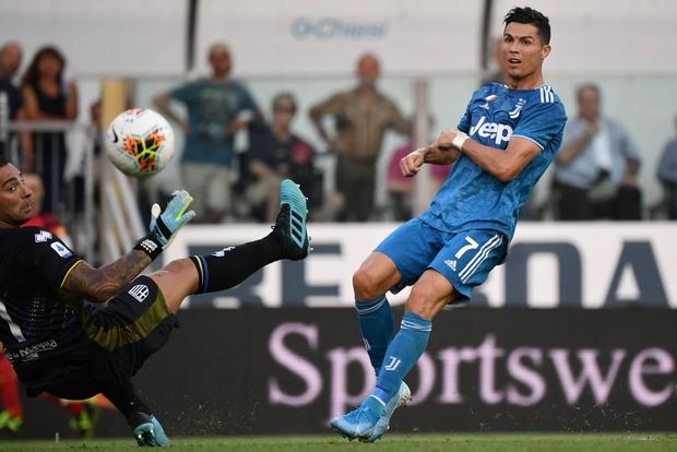 Ronaldo mất toi bàn thắng vì trót cong người, Juventus chỉ thắng sát nút ngày ra quân nhờ cái tên cực bất ngờ này - Ảnh 3.