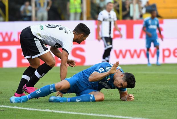 Ronaldo mất toi bàn thắng vì trót cong người, Juventus chỉ thắng sát nút ngày ra quân nhờ cái tên cực bất ngờ này - Ảnh 6.