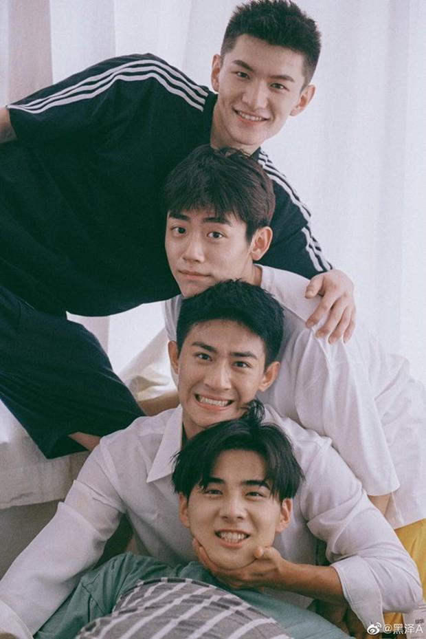 Bạn trai quốc dân Hắc Trạch chụp ảnh cùng hội bạn thân mà tưởng như poster phim mỹ nam học đường - Ảnh 1.