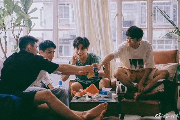 Bạn trai quốc dân Hắc Trạch chụp ảnh cùng hội bạn thân mà tưởng như poster phim mỹ nam học đường - Ảnh 3.