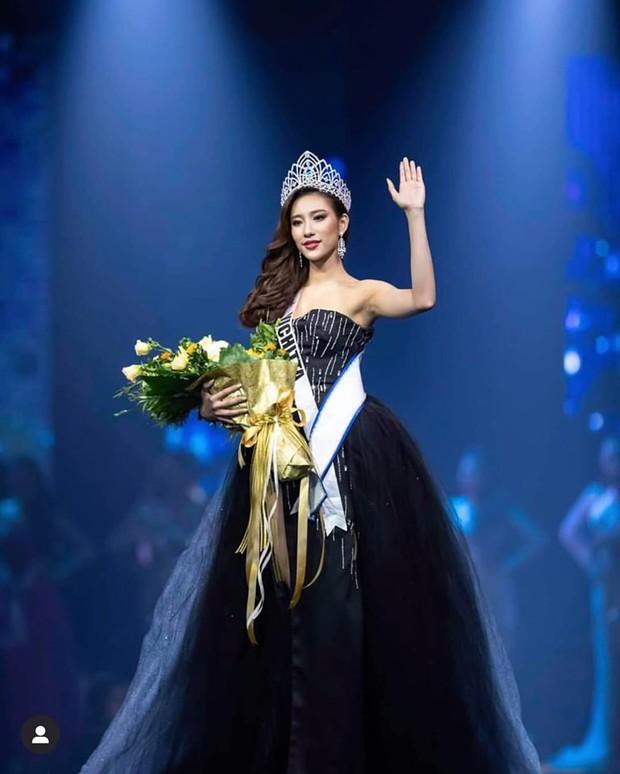 Mỹ nhân 9x vừa đăng quang Hoa hậu Hoàn vũ Lào: Xinh đẹp rụng rời, chiều cao khủng và nhiều điểm chung với Hoàng Thùy - Ảnh 1.