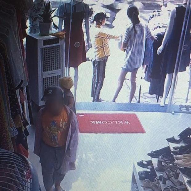 Clip: Nghi án mẹ đánh lạc hướng chủ shop quần áo để con nhỏ vào quầy trộm điện thoại ở Hà Nội - Ảnh 2.