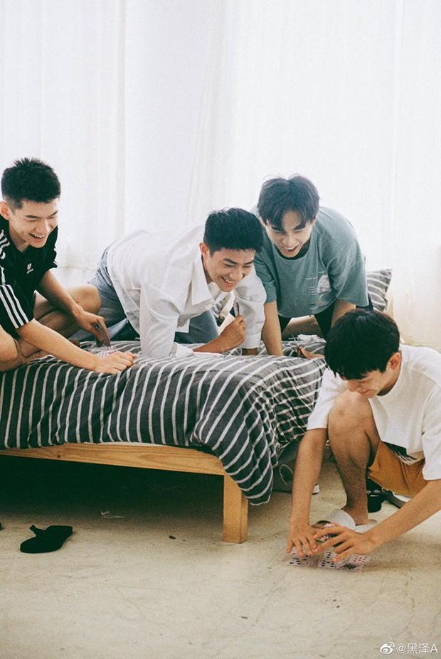 Bạn trai quốc dân Hắc Trạch chụp ảnh cùng hội bạn thân mà tưởng như poster phim mỹ nam học đường - Ảnh 7.