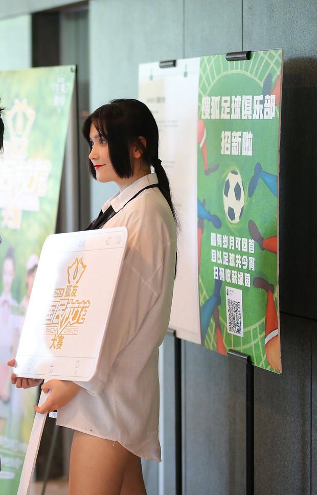 Em họ Địch Lệ Nhiệt Ba gây tranh cãi khi tham gia cuộc thi Hoa khôi: Nhan sắc một trời một vực với bà chị nổi tiếng? - Ảnh 8.