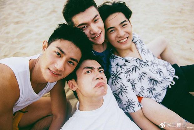 Bạn trai quốc dân Hắc Trạch chụp ảnh cùng hội bạn thân mà tưởng như poster phim mỹ nam học đường - Ảnh 5.