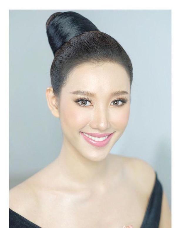 Mỹ nhân 9x vừa đăng quang Hoa hậu Hoàn vũ Lào: Xinh đẹp rụng rời, chiều cao khủng và nhiều điểm chung với Hoàng Thùy - Ảnh 7.
