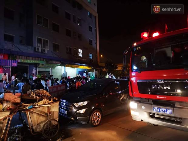 Cháy kiot chân toà nhà, hàng trăm người dân chung cư Kim Văn - Kim Lũ hoảng hốt tháo chạy - Ảnh 2.