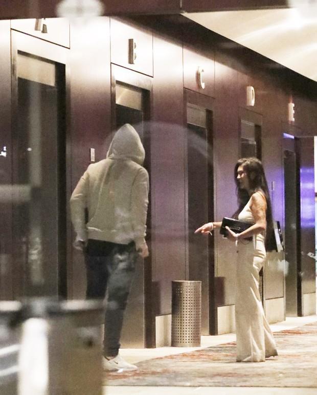 Phốt căng: Đi đá bóng xa vợ, huyền thoại MU lén lút ôm ấp rồi vào chung thang máy khách sạn cùng gái lạ - Ảnh 5.