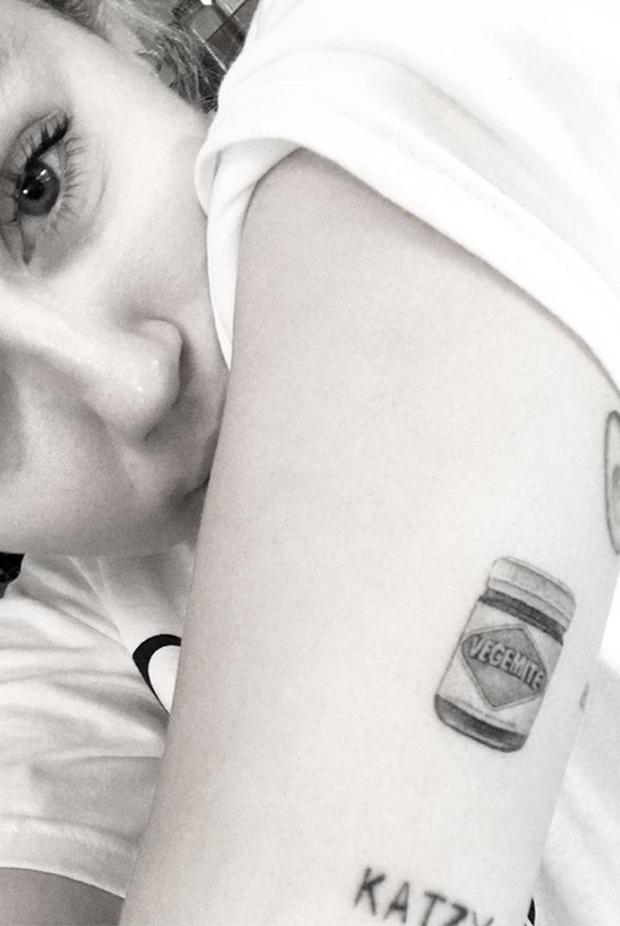 Ẩn ý đằng sau hình xăm của sao Hollywood: Ý nghĩa hình xăm của Selena Gomez sâu sắc nhưng chưa cảm động bằng Miley - Ảnh 10.