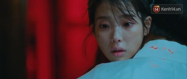 Hotel Del Luna tập 13 tung twist trầm trồ: Người tình truyền kiếp tự thọt kiếm của CEO IU chết tức tưởi - Ảnh 3.